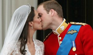 prince_william_kate_middleton_balcony_kiss_pmacdiarmid_290411_113268312_640_rev